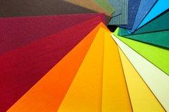Abbildung auf Schwarzem Farbiges strukturiertes Papier probiert Musterkatalog Helle und saftige Regenbogenfarben Schöner abstrakt Stockfotos