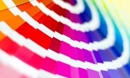 Abbildung auf Schwarzem Probe färbt Katalog Mehrfarbiger heller Hintergrund RGB CMYK Druckhaus stockbilder