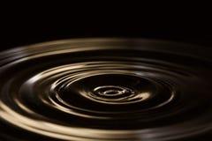 Abbildung auf weißem Hintergrund Flüssigkeit bewegt Hintergrund wellenartig Plastik, allmählich spürbare Wirkung Weicher Fokus Ko stockfotografie