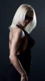 Abbildung der attraktiven Blondine im schwarzen Kleid Stockfoto