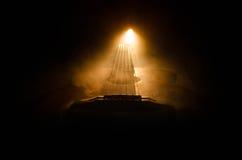 Abbildung der elektrischen Gitarre Akustikgitarre auf einem dunklen Hintergrund unter Lichtstrahl mit Rauche mit Kopienraum Gitar Stockfotografie