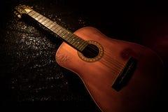 Abbildung der elektrischen Gitarre Akustikgitarre auf einem dunklen Hintergrund unter Lichtstrahl mit Rauche Gitarre mit Schnüren Stockfoto