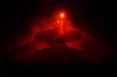 Abbildung der elektrischen Gitarre Akustikgitarre lokalisiert auf einem dunklen Hintergrund unter Lichtstrahl mit Rauche mit Kopi Lizenzfreie Stockbilder