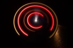 Abbildung der elektrischen Gitarre Glühendes Vinyl Freezelight auf dunklem Hintergrund oder Drehscheibe, die Vinyl mit glühenden  Stockfotos