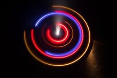 Abbildung der elektrischen Gitarre Glühendes Vinyl Freezelight auf dunklem Hintergrund oder Drehscheibe, die Vinyl mit glühenden  Lizenzfreie Stockfotos