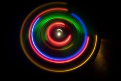 Abbildung der elektrischen Gitarre Glühendes Vinyl Freezelight auf dunklem Hintergrund oder Drehscheibe, die Vinyl mit glühenden  Stockfoto