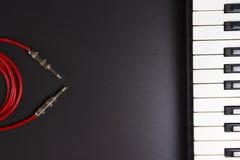 Abbildung der elektrischen Gitarre Herstellung von Musik Klavierschlüssel und -gitarre verkabeln auf schwarzem Hintergrund mit fr Lizenzfreie Stockbilder