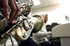 Abbildung der elektrischen Gitarre Nahaufnahme von den Händen des Saxophon-Spielers spielend auf Saxophon gegen Weiß Horizontales lizenzfreies stockbild