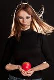 Abbildung der Frau einen roten Apfel anhalten Lizenzfreie Stockfotos