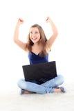 Abbildung der glücklichen Frau mit Laptop-Computer auf Weiß Lizenzfreie Stockfotos