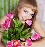 Abbildung der glücklichen jungen blonden Frau Stockfotografie
