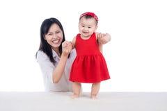 Abbildung der glücklichen Mutter mit entzückendem Schätzchen Stockbild