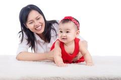 Abbildung der glücklichen Mutter mit entzückendem Schätzchen Lizenzfreies Stockfoto