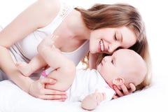Abbildung der glücklichen Mutter mit Schätzchen über Weiß Stockfotografie