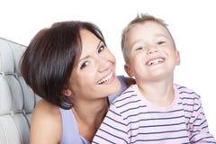 Abbildung der glücklichen Mutter und des kleinen Sohns Lizenzfreie Stockbilder