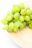 Abbildung der grünen Traube auf hölzerner Platte Lizenzfreies Stockfoto