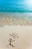 Abbildung der Kinder s auf Sand - die Person und die SU Stockfoto