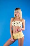 Abbildung der lächelnden Frauenholdinggewichte Lizenzfreie Stockfotografie