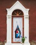Abbildung der Mary-Holding Jesus in einem im Freienschrein Lizenzfreie Stockbilder