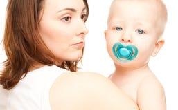 Abbildung der Mutter mit entzückendem Schätzchen (Fokus auf Frau) Stockfoto