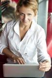 Abbildung der nachdenklichen Frau mit Laptop-Computer Lizenzfreie Stockfotos