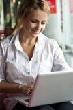 Abbildung der nachdenklichen Frau mit Laptop-Computer Stockfotos