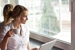 Abbildung der nachdenklichen Frau mit Laptop-Computer Lizenzfreie Stockfotografie