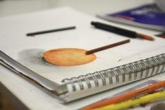Abbildung der orange Zeichnung und der Bleistifte Lizenzfreies Stockbild