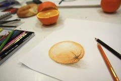 Abbildung der orange Zeichnung und der Bleistifte Lizenzfreie Stockbilder