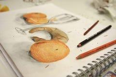 Abbildung der orange Zeichnung und der Bleistifte Stockbilder