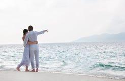 Abbildung der romantischen jungen Paare auf dem Seeufer Stockbilder
