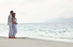 Abbildung der romantischen jungen Paare auf dem Seeufer Lizenzfreie Stockfotografie