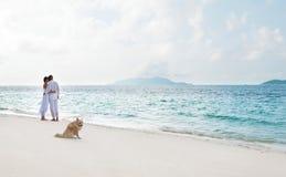 Abbildung der romantischen jungen Paare auf dem Seeufer Lizenzfreies Stockfoto