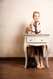 Abbildung der roten Lilie Barfüßigmädchen, das am Retro- Schreibtisch sitzt Lizenzfreies Stockfoto