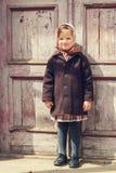 Abbildung der roten Lilie Kleines nettes Mädchen auf dem Hintergrund des alten doo Stockfotos
