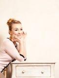 Abbildung der roten Lilie Mädchen, das am Retro- Schreibtisch sitzt Stockfotos