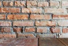 Abbildung der roten Lilie Wand des roten Backsteins mit hölzerner Tabelle Lizenzfreie Stockfotografie