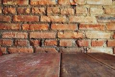 Abbildung der roten Lilie Wand des roten Backsteins mit hölzerner Tabelle Stockfotografie