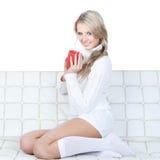 Abbildung der schönen jungen Frau mit rotem Cup Stockfoto