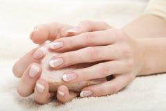 Abbildung der schönen Nägel und der vollkommenen Maniküre Stockfotografie