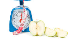 Abbildung der Skala mit Apfel und Maßband Stockfotos