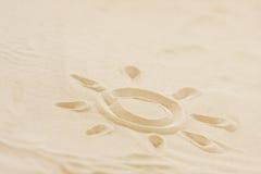 Abbildung der Sonne gezeichnet in Strandsand Lizenzfreie Stockbilder