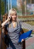 Abbildung der Unterhaltung mit Telefonmädchen Stockfoto