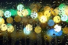 Abbildung der Wassertropfen auf Fenster Stockfotos