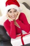 Abbildung des freundlichen Mädchens mit Geschenkkasten Lizenzfreie Stockbilder