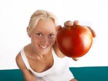 Abbildung des frischen Apfels in den Händen Lizenzfreie Stockbilder