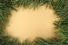 Abbildung des Goldweihnachten background Weihnachtstannenbaum auf einem Goldhintergrund Lizenzfreie Stockfotografie