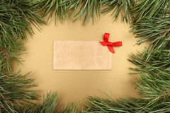 Abbildung des Goldweihnachten background Weihnachtstannenbaum und hölzerne Platte mit Textraum Lizenzfreies Stockfoto