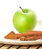 Abbildung des grünen Apfels (Fokus auf Zimt) Lizenzfreies Stockbild
