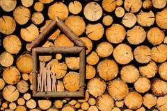 Abbildung des Hauses auf woodpile Stockfotos